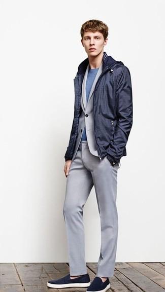Wie kombinieren: dunkelblaue Windjacke, grauer Anzug, blaues T-Shirt mit einem Rundhalsausschnitt, dunkelblaue Slip-On Sneakers
