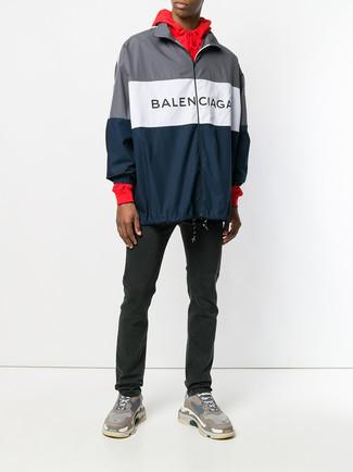Wie kombinieren: dunkelblaue Windjacke, roter Pullover mit einem Kapuze, schwarze Jeans, braune Sportschuhe