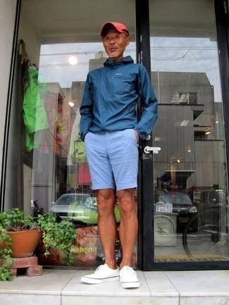 50 Jährige: Dunkelrote Baseballkappe kombinieren: trends 2020: Entscheiden Sie sich für eine dunkelblaue Windjacke und eine dunkelrote Baseballkappe für einen entspannten Wochenend-Look. Fühlen Sie sich ideenreich? Wählen Sie weißen Segeltuch niedrige Sneakers.