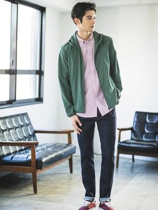 Wie kombinieren: dunkelgrüne Windjacke, weißes und rotes vertikal gestreiftes Kurzarmhemd, dunkelblaue Jeans, dunkelrote Segeltuch niedrige Sneakers