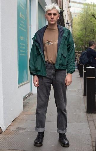 Beige bedrucktes T-Shirt mit einem Rundhalsausschnitt kombinieren: trends 2020: Entscheiden Sie sich für Komfort in einem beige bedruckten T-Shirt mit einem Rundhalsausschnitt und dunkelgrauen Jeans. Fühlen Sie sich ideenreich? Wählen Sie eine schwarze Lederfreizeitstiefel.