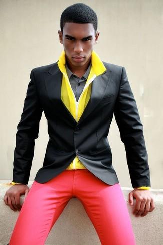 Wie kombinieren: gelbe Windjacke, schwarzes Sakko, schwarzes und weißes Businesshemd mit Vichy-Muster, rote Chinohose