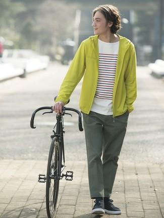 Wie kombinieren: gelbgrüne Windjacke, weißes horizontal gestreiftes T-Shirt mit einem Rundhalsausschnitt, dunkelgrüne Chinohose, schwarze niedrige Sneakers
