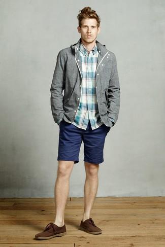 Wie kombinieren: graue Windjacke, dunkeltürkises Langarmhemd mit Schottenmuster, dunkelblaue Shorts, dunkelbraune Chukka-Stiefel aus Wildleder