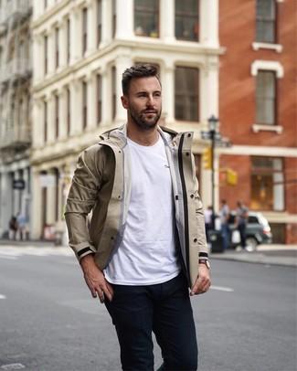 Wie kombinieren: hellbeige Windjacke, weißes T-Shirt mit einem Rundhalsausschnitt, schwarze Chinohose, dunkelbraune Lederuhr