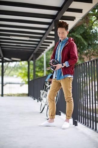 Beige Chinohose kombinieren: trends 2020: Vereinigen Sie eine dunkelrote Windjacke mit einer beige Chinohose, um einen lockeren, aber dennoch stylischen Look zu erhalten. Dieses Outfit passt hervorragend zusammen mit weißen Segeltuch niedrigen Sneakers.