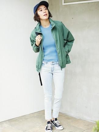 Wie kombinieren: grüne Windjacke, hellblauer Kurzarmpullover, weiße Jeans, schwarze und weiße Segeltuch niedrige Sneakers