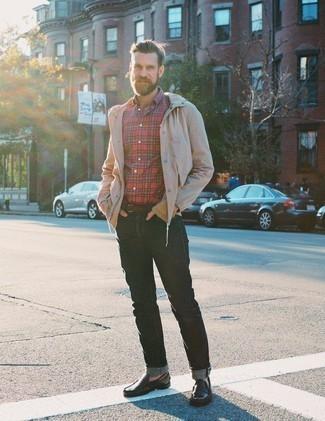 Dunkelbraunen Ledergürtel kombinieren: trends 2020: Entscheiden Sie sich für eine hellbeige Windjacke und einen dunkelbraunen Ledergürtel für einen entspannten Wochenend-Look. Ergänzen Sie Ihr Outfit mit dunkelbraunen Leder Mokassins, um Ihr Modebewusstsein zu zeigen.