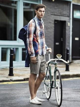 Wie kombinieren: dunkelblaue Windjacke, weißes und rotes und dunkelblaues Langarmhemd mit Schottenmuster, graue Shorts, weiße Segeltuch niedrige Sneakers