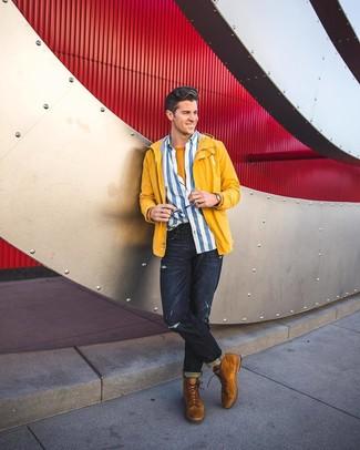 gelbe Windjacke, weißes und blaues vertikal gestreiftes Langarmhemd, senf T-Shirt mit einem Rundhalsausschnitt, dunkelblaue Jeans mit Destroyed-Effekten für Herren