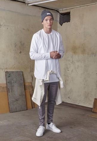 Hellbeige Langarmhemd kombinieren – 434 Herren Outfits: Kombinieren Sie ein hellbeige Langarmhemd mit einer grauen Chinohose für ein Alltagsoutfit, das Charakter und Persönlichkeit ausstrahlt. Wenn Sie nicht durch und durch formal auftreten möchten, wählen Sie weißen Segeltuch niedrige Sneakers.