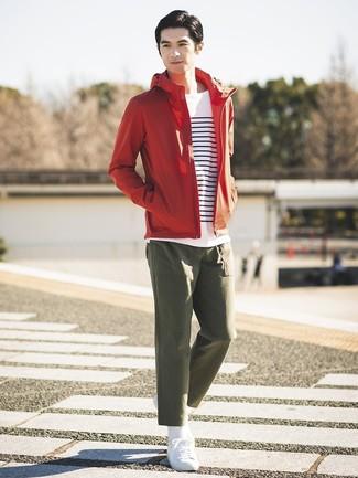 Wie kombinieren: rote Windjacke, weißes und dunkelblaues horizontal gestreiftes Langarmshirt, olivgrüne Chinohose, weiße niedrige Sneakers