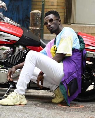 Wie kombinieren: mehrfarbige Windjacke, mehrfarbiges Mit Batikmuster T-Shirt mit einem Rundhalsausschnitt, weiße Jeans, hellbeige Sportschuhe