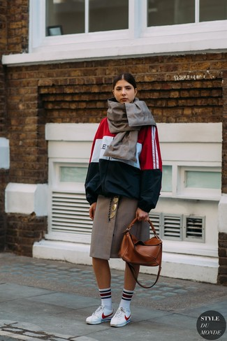 Wie kombinieren: weiße und rote und dunkelblaue Windjacke, brauner Midirock mit Karomuster, weiße Leder niedrige Sneakers, rotbraune Shopper Tasche aus Leder