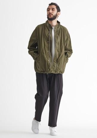Weiße und grüne Leder niedrige Sneakers kombinieren – 76 Herren Outfits: Tragen Sie eine olivgrüne Windjacke und eine schwarze Chinohose für ein bequemes Outfit, das außerdem gut zusammen passt. Komplettieren Sie Ihr Outfit mit weißen und grünen Leder niedrigen Sneakers.