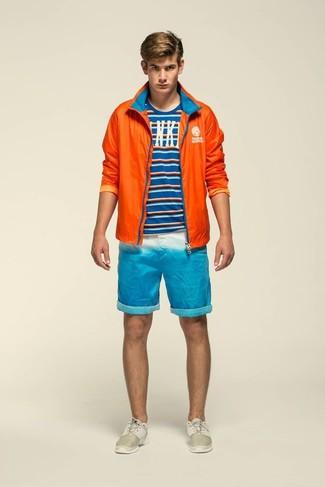 Wie kombinieren: orange Windjacke, blaues horizontal gestreiftes T-Shirt mit einem Rundhalsausschnitt, türkise Shorts, hellbeige Sportschuhe