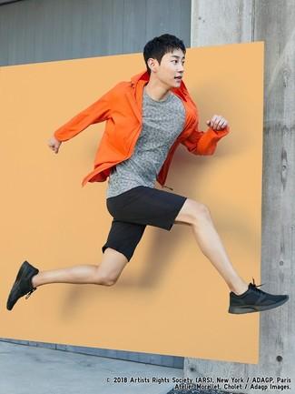 Wie kombinieren: orange Windjacke, graues T-Shirt mit einem Rundhalsausschnitt, schwarze Shorts, schwarze Sportschuhe