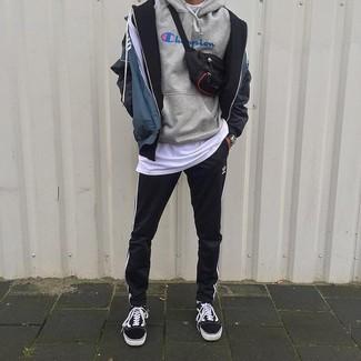 Wie kombinieren: dunkelblaue bedruckte Windjacke, grauer bedruckter Pullover mit einem Kapuze, weißes T-Shirt mit einem Rundhalsausschnitt, schwarze und weiße vertikal gestreifte Jogginghose