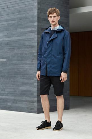 Wie kombinieren: dunkelblaue Windjacke, dunkelblauer Pullover mit einem Rundhalsausschnitt, hellblaues Businesshemd, schwarze Shorts