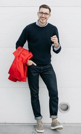 Wie kombinieren: rote Windjacke, schwarzer Pullover mit einem Rundhalsausschnitt, graues Langarmhemd, schwarze Jeans