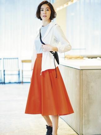 Wie kombinieren: weiße Windjacke, hellblauer Pullover mit einem Rundhalsausschnitt, roter Falten Midirock, schwarze Sportschuhe
