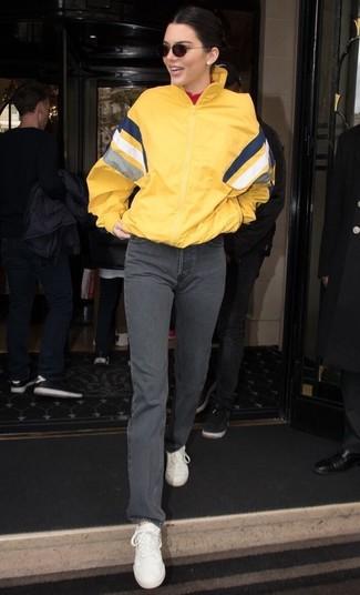 Wie kombinieren: gelbe Windjacke, roter Rollkragenpullover, graue Jeans, weiße Leder niedrige Sneakers