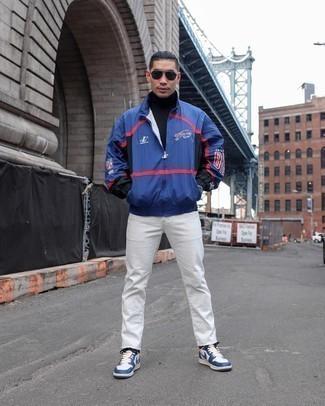Windjacke kombinieren – 285 Herren Outfits: Kombinieren Sie eine Windjacke mit weißen Jeans für ein Alltagsoutfit, das Charakter und Persönlichkeit ausstrahlt. Weiße und dunkelblaue Leder niedrige Sneakers sind eine gute Wahl, um dieses Outfit zu vervollständigen.