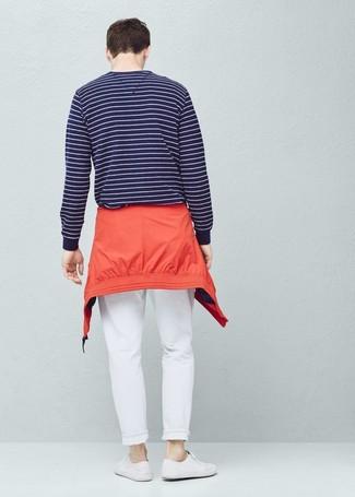 Wie kombinieren: rote Windjacke, dunkelblauer und weißer horizontal gestreifter Pullover mit einem Rundhalsausschnitt, weiße Chinohose, weiße Segeltuch niedrige Sneakers