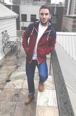 Wie kombinieren: rote Windjacke, weißes T-Shirt mit einem Rundhalsausschnitt, blaue Jeans, beige Chukka-Stiefel aus Wildleder