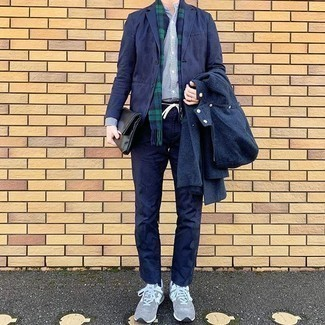 Graue Sportschuhe kombinieren – 481 Herren Outfits: Die Kombination von einer dunkelblauen Windjacke und einer dunkelblauen Chinohose erlaubt es Ihnen, Ihren Freizeitstil klar und einfach zu halten. Graue Sportschuhe leihen Originalität zu einem klassischen Look.