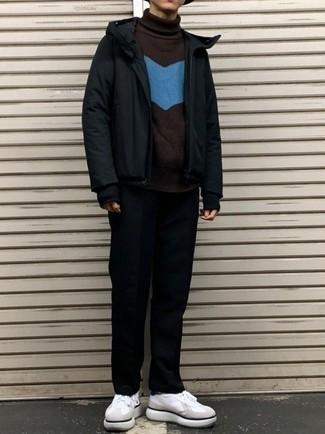Weiße und dunkelblaue Segeltuch niedrige Sneakers kombinieren – 500+ Herren Outfits: Kombinieren Sie eine schwarze Windjacke mit einer schwarzen Chinohose für ein Alltagsoutfit, das Charakter und Persönlichkeit ausstrahlt. Weiße und dunkelblaue Segeltuch niedrige Sneakers sind eine perfekte Wahl, um dieses Outfit zu vervollständigen.
