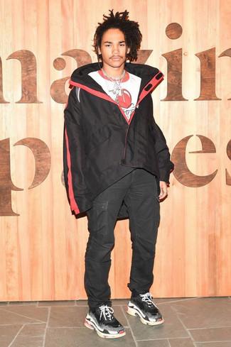 Wie kombinieren: schwarze Windjacke, weißes und rotes bedrucktes T-Shirt mit einem Rundhalsausschnitt, schwarze Cargohose, schwarze Sportschuhe
