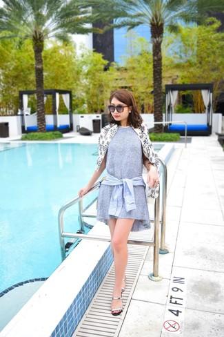 Wie kombinieren  weiße und schwarze bedruckte Windjacke, graues  schwingendes Kleid, hellblaues Businesshemd, c485520c6c