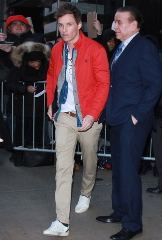 Wie kombinieren: rote Windjacke, graue Strickjacke, blaues Jeanshemd, weißes T-Shirt mit einem V-Ausschnitt