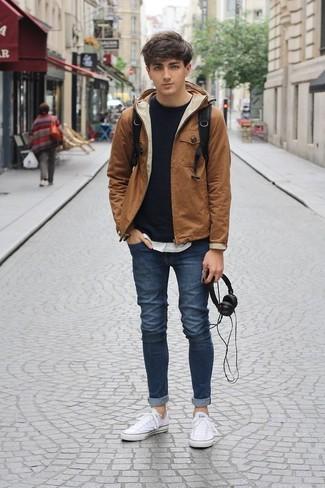 Wie kombinieren: rotbraune Windjacke, schwarzes Sweatshirt, weißes T-Shirt mit einem Rundhalsausschnitt, dunkelblaue enge Jeans