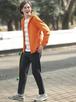Wie kombinieren: orange Windjacke, weißes horizontal gestreiftes T-Shirt mit einem Rundhalsausschnitt, schwarze Chinohose, graue Wildleder niedrige Sneakers