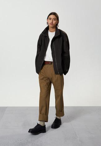 Hellbeige Socken kombinieren – 368 Herren Outfits: Eine schwarze Windjacke und hellbeige Socken sind eine gute Outfit-Formel für Ihre Sammlung. Schwarze klobige Leder Derby Schuhe putzen umgehend selbst den bequemsten Look heraus.