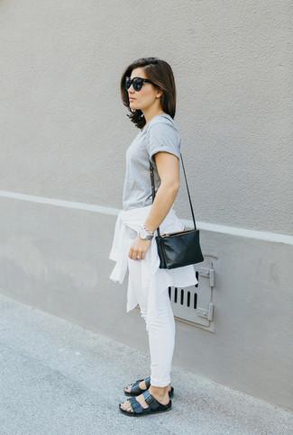 Entscheiden Sie sich für Komfort in einer weißen Windjacke und weißen engen Jeans. Komplettieren Sie Ihr Outfit mit schwarzen Römersandalen aus Leder.