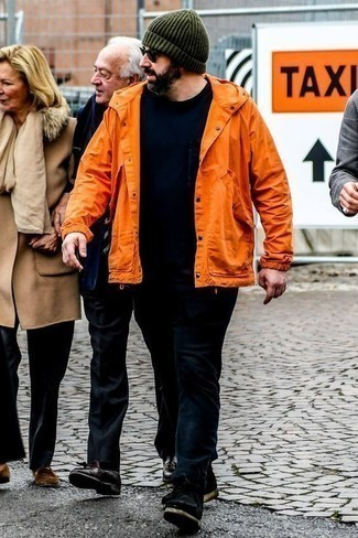 Dunkelblaue Jeans kombinieren: trends 2020: Die Paarung aus einer orange Windjacke und dunkelblauen Jeans ist eine komfortable Wahl, um Besorgungen in der Stadt zu erledigen. Fühlen Sie sich ideenreich? Ergänzen Sie Ihr Outfit mit schwarzen Chukka-Stiefeln aus Wildleder.