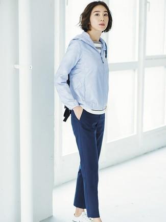 Wie kombinieren: hellblaue Windjacke, weißes und schwarzes horizontal gestreiftes T-Shirt mit einem Rundhalsausschnitt, dunkelblaue Karottenhose, weiße Segeltuch niedrige Sneakers
