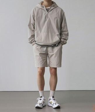 Herren Outfits 2020: Eine graue Windjacke und graue Sportshorts sind eine perfekte Wochenend-Kombination. Komplettieren Sie Ihr Outfit mit weißen Sportschuhen.
