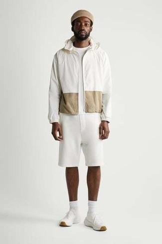 Weiße Sportshorts kombinieren – 28 Herren Outfits: Für ein bequemes Couch-Outfit, kombinieren Sie eine weiße Windjacke mit weißen Sportshorts. Ergänzen Sie Ihr Look mit weißen Sportschuhen.