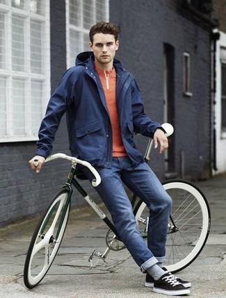 Wie kombinieren: dunkelblaue Windjacke, orange T-shirt mit einer Knopfleiste, dunkelblaue enge Jeans, schwarze niedrige Sneakers