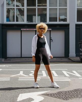 Wie kombinieren: weiße Windjacke, schwarzes Trägershirt, schwarze Radlerhose, weiße Sportschuhe