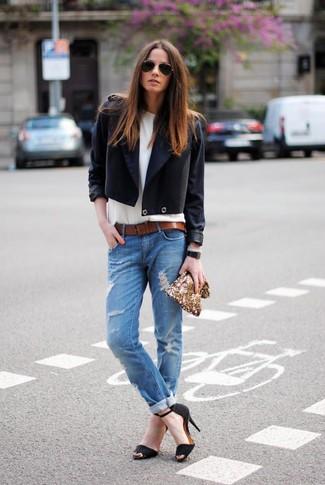 Braunen Ledergürtel kombinieren: trends 2020: Probieren Sie die Kombination aus einem schwarzen Zweireiher-Sakko und einem braunen Ledergürtel, um einen super coolen entspannten Look zu erhalten. Schwarze Wildleder Sandaletten sind eine perfekte Wahl, um dieses Outfit zu vervollständigen.