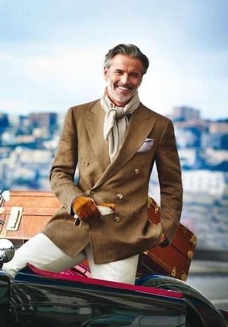 Wie kombinieren: braunes Zweireiher-Sakko, hellbeige Anzughose, weißes Einstecktuch, grauer Schal mit Vichy-Muster