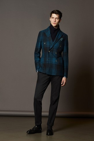 dunkelblaues Wollzweireiher-sakko mit Schottenmuster, schwarze Anzughose, schwarze Lederformelle stiefel, dunkeltürkises Einstecktuch für Herren