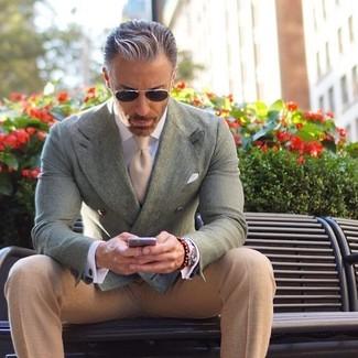 Wie kombinieren: mintgrünes Zweireiher-Sakko, hellbeige Anzughose, hellbeige Krawatte, weißes Einstecktuch