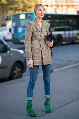 Wie kombinieren: beige Zweireiher-Sakko mit Karomuster, blaue enge Jeans, grüne Wildleder Stiefeletten, schwarze Leder Clutch