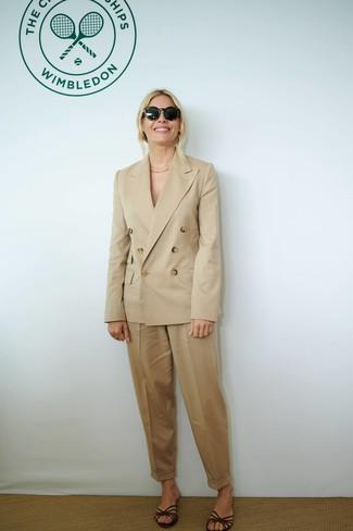 Wie kombinieren: beige Zweireiher-Sakko, beige Karottenhose, dunkelbraune flache Sandalen aus Leder, schwarze Sonnenbrille